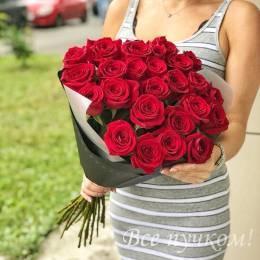 Букет#517 - 25 красных роз 60-70 см см в черной пленке