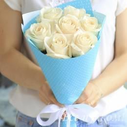Букет#624 - 7 белых роз 40-50 см в голубой  упаковке